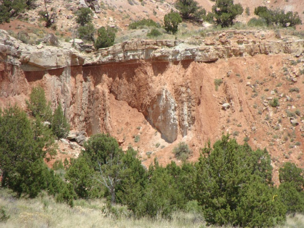 The photo above shows the unconformity that places the Paleogene Colton Formation on top of the vertical Jurassic Twist Gulch Formation.