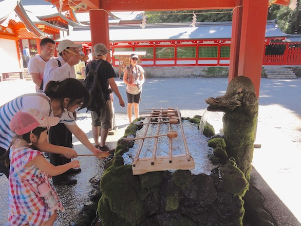 Before offering prayers to Ninigi-no-Mikoto, visitors washed their hands and drank from a fountain.