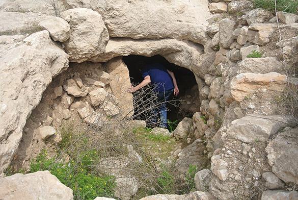 Khirbet Qeiyafa cave 041314